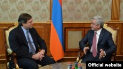 Президент Армении Серж Саргсян принимает новоназначенного американского сопредседателя Минской группы ОБСЕ Эндрю Шефера, Ереван, 5 октября 2017 г.