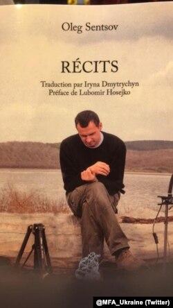 Во время парижского книжного салона президенту Франции Макрону передали книгу рассказов Олега Сенцова, переведенную на французский язык