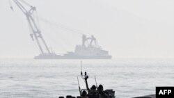 Рятувальники намагаються підняти затонуле українське судно. Фото 24 березня 2008 року