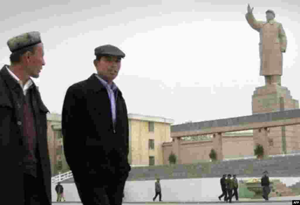 В Кашгаре установлена самая большая в Китае статуя Мао Цзэдуна. Иностранные корреспонденты сообщают о царящей в регионе атмосфере страха. Местные жители отказываются обсуждать с незнакомцами свои проблемы.