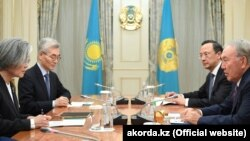 На переднем плане — министр иностранных дел Южной Кореи Кан Гён Хва и президент Казахстана Нурсултан Назарбаев. Астана, 17 апреля 2018 года.