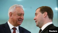Belarus baş naziri Mikhail Myasnikovich (solda) və Rusiyanın baş naziri Dmitry Medvedev Minsk toplantısı vaxtı
