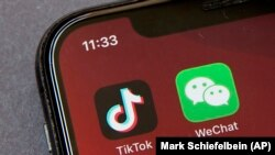Иконки приложений TikTok и WeChat на экране смартфона.