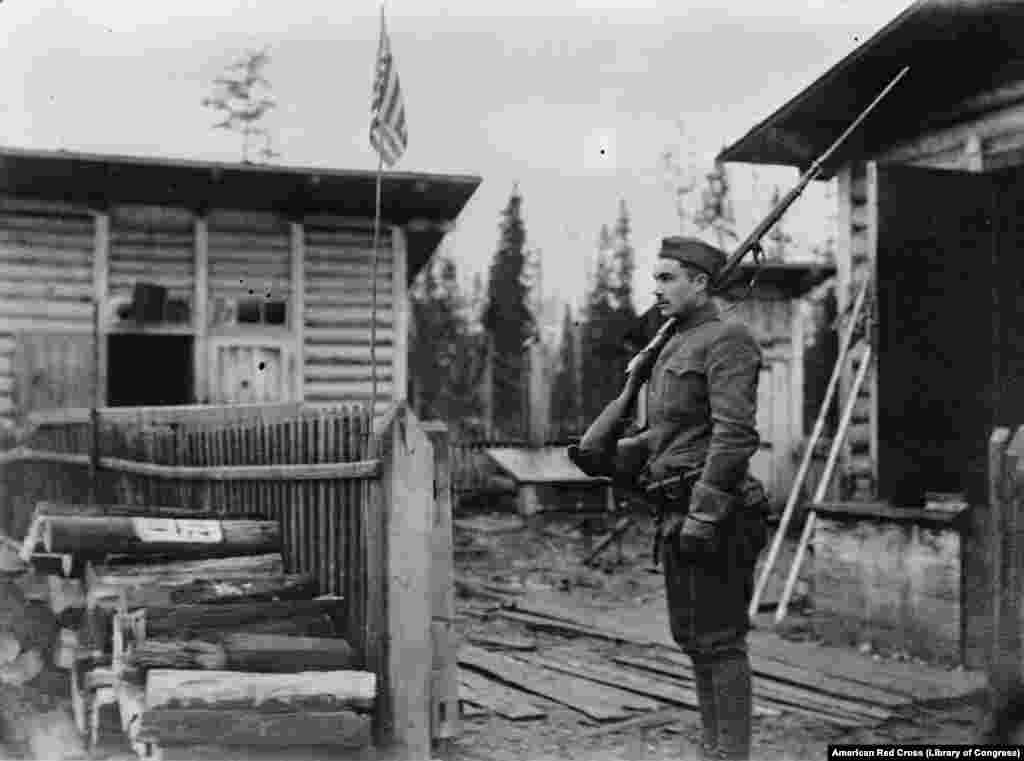 Američki vojnik na stražarskom mestu u severnoj Rusiji 1919. godine. Mnogi Amerikanci su u početku bili entuzijastični zbog zbacivanja cara u Rusiji 1917. godine, povezujući je sa sopstvenom revolucijom 150 godina ranije.