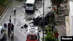 یک اتوبوس پلیس هدف حمله بود.