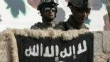 جنود عراقيون يقفون خلف سياج بيت إقتحموه يعود لعناصر في تنظيم القاعدة