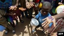 آشوب بر سر غذا در کشورهای فقیر رخ می دهد و این مسئله موجب می شود تا تلاش هایی که برای خارج کردن آفریقا از فقر صورت گرفته، به نتیجه نرسد. (عکس: AFP)