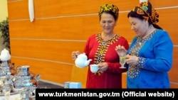 Лекарственные чаи, описанные в книге президента Гурбангулы Бердымухамедова «Лекарственные растения Туркменистана», шиповник, мята, ромашка, корень солодки и другие. (иллюстративное фото)