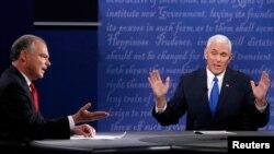 Демократ Тим Кейн (чапда) ва республикачи Майк Пенс (ўнгда) теледебатда қатнашмоқда, 4-октябр, 2016-йил.