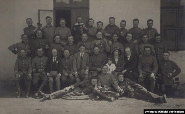 Група інтернованих вояків УГА з отаманом в центрі