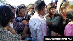 """Желающие попасть на оглашение приговора по делу """"о беспорядках в Жанаозене"""". Фото предоставлено блогером Диной Байдилдаевой. Актау, 4 июня 2012 года."""