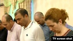 28-nji iýulda türkmen telewideniýesinde parahor bank işgärleriniň kazyýet öňünde jogap berip duran pursady tomaşaçylara görkezildi.