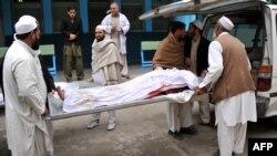 Vullnetarët e bartin kufomës e njërës nga vajzat që është vrarë derisa mblidhte dru për ngrohje