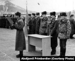 Примбердиев аскерлердин антын кабыл алуу аземинде. Мургаб отрядынын окуу борборунан көрүнүш. 1980-жылдар.