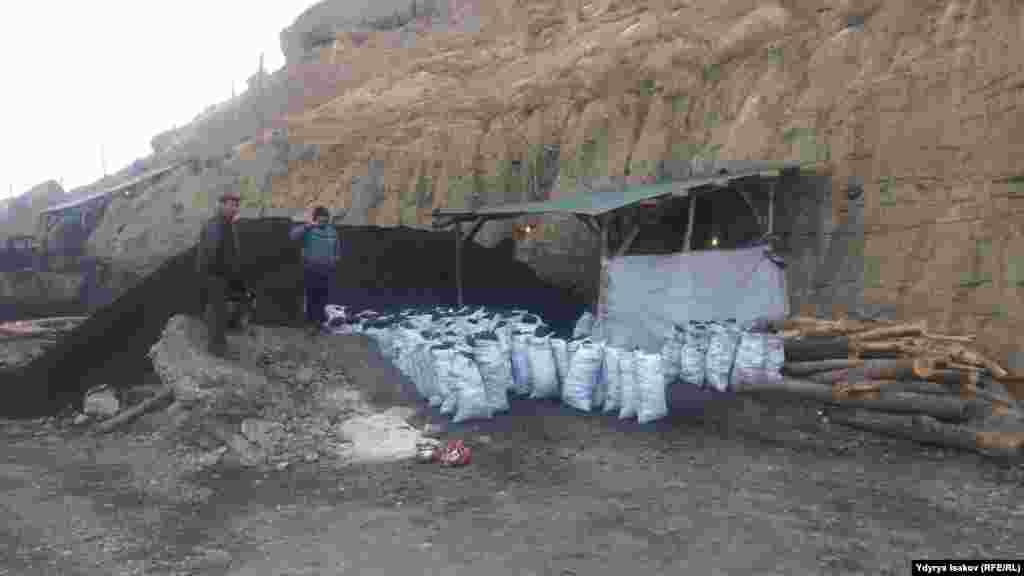 Шахты Кызыл-Кии были закрыты после распада Советского Союза по причине истощения запасов угля. Но нелегальные добытчики находят новые залежи и продолжают добычу.