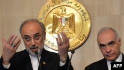 وزير الخارجية الإيراني علي أكبر صالحي مع نظيره المصري محمد كامل عمرو في القاهرة أمس
