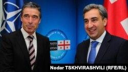 Генеральный секретарь НАТО Андерс Фог Рассмусен и премьер-министр Грузии Нико Гилаури. Тбилиси, 9 ноября 2011 года.