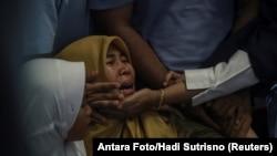 Të afërmit e pasagjerëve të avionit që u rrëzua në Indonezi.