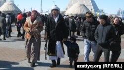 На центральной площади в столице Казахстана празднуют Наурыз. Астана, 22 марта 2011 года.