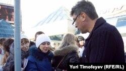 """Оппозиционный политик Борис Немцов раздает доклад """"Путин. Коррупция"""""""