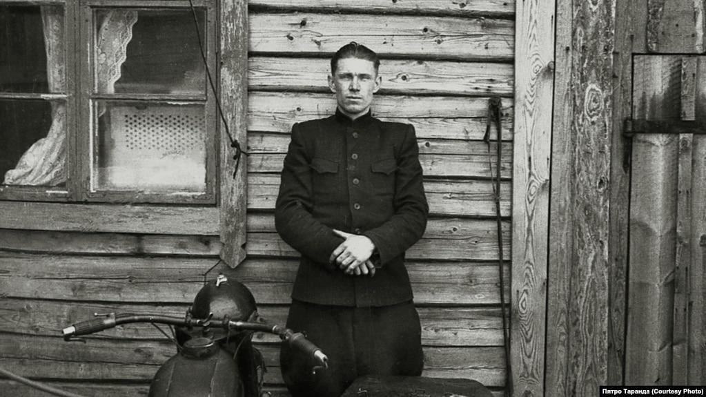 Пётар Пятровіч Таранда каля сваёй хаты ў Баранавічах, пачатак 60-х гадоў