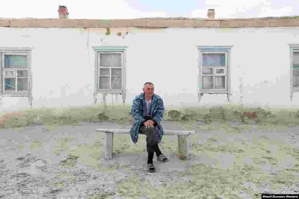 Қаратерең ауылының 56 жастағы тұрғыны Ералы Серімбетов үйінің алдында отыр.