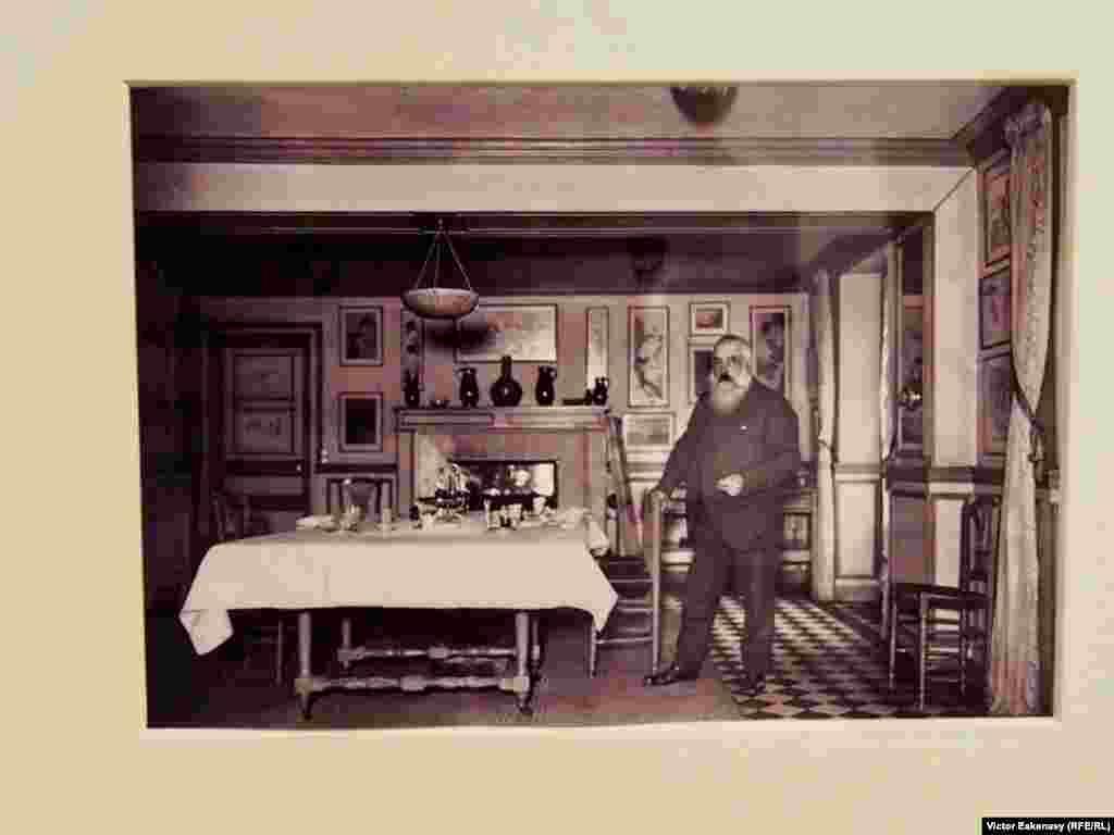 Claude Monet fotografiat în casa sa avînd pe pereți colecția de stampe japoneze