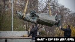 Демонтаж памятника советскому генералу И.Коневу в Праге
