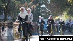 Жоолукчан кыз-келиндердин велосипед тебүү боюнча акциясы. Бишкек, 5-ноябрь, 2013-жыл.