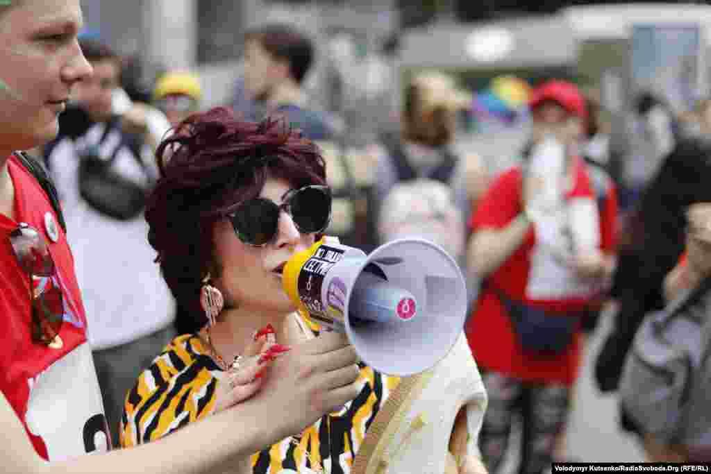 Основными лозунгами участников Марша равенства были: «Наша традиция - это свобода!», «Права человека превыше всего!», «Все разные - все равные!», «Нет нарушению прав» и другие.
