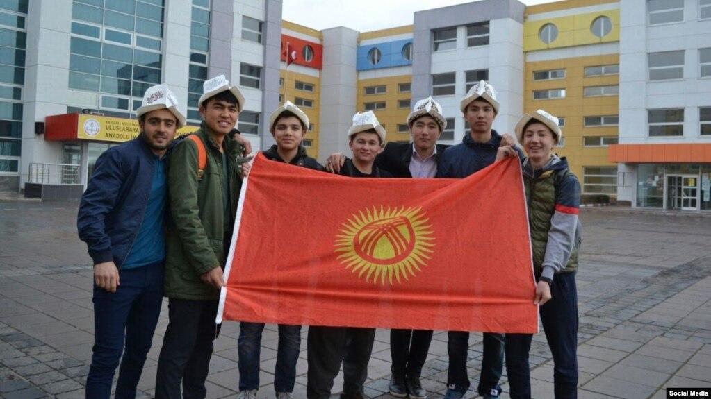 Түркиядагы кыргыз студенттер калпак жана желек күнүн майрамдашты