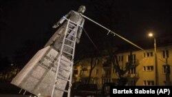 Снос памятника Генрику Янковскому в Гданьске активистами 21 февраля 2019 года