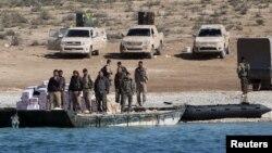 """Бойцы """"Сирийских демократических сил"""", курдско-сирийского формирования, принявшего атаку проасадовских сил и """"ЧВК Вагнера"""" вечером 7 февраля, на восточном берегу Евфрата"""