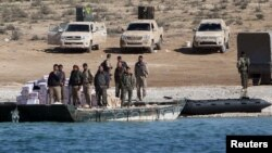 Pjesëtarë të Forcave Demokratike Siriane përgjatë Lumit Eufrat, foto nga arkivi.