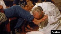 Cardinalul Jorge Mario Bergoglio of Argentina, fotografiat în 2008, la un cămin pentru dezintoxicarea celor drogați, într-o suburbie la Buenos Aires.