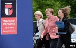 Во время саммита НАТО в Варшаве, в компании канцлера Ангелы Меркель (в центре)
