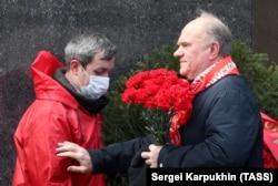 Ghennadi Ziuganov (dreapta) la Mauzoleul lui Lenin, Moscova, 22 aprilie 2020