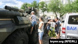 Дети на выставке российской военной техники в Феодосии