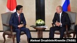 Премьер-министр Японии Синдзо Абэ и президент России Владимир Путин во время встречи в Сингапуре, 14 ноября