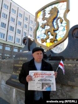 Іван Бедка з падарункамі для старшыні Слонімскага райвыканкаму ў Дзень Волі