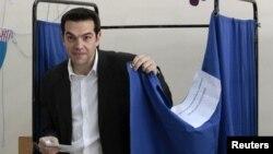 """Солшыл """"Сириза"""" партиясының жетекшісі Алексис Ципрас парламент сайлауында дауыс беріп тұр. Афины, 6 мамыр 2012 жыл."""