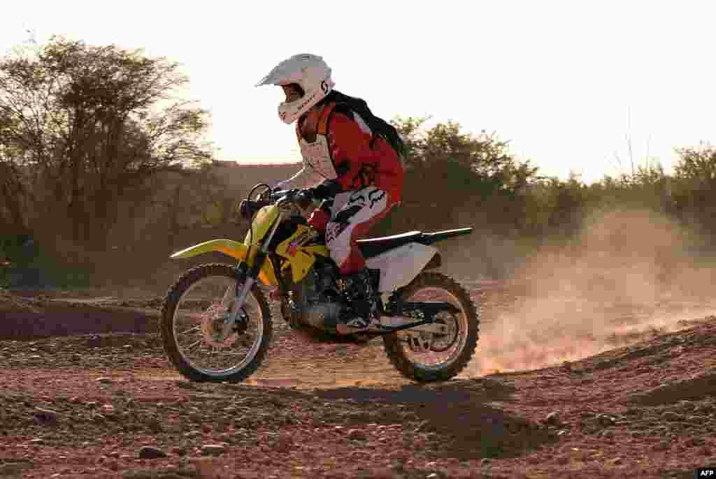 Несмотря на то, что в столице Марокко достаточно женщин на скутерах, даму на тяжелом мотоцикле встретишь не каждый день. Кросс-байкер Камелия Ментак считает, что женщины на мотоциклах стали символом эмансипации в консервативной стране.