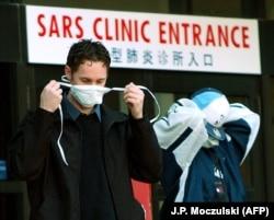 Канадец у клиники для пациентов с ОРВИ в Торонто, март 2003 года.