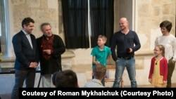 Сашко Лірник представляє «козака Миколу», одинадцятилітній «дід» Данило у зеленій футболці