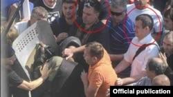 Голова партії ВО «Свобода» Олег Тягнибок (ліворуч) під час сутичок біля Верховної Ради у Києві. 31 серпня 2015 року