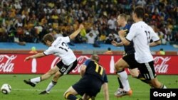 Восходящая звезда сборной Германии Томас Мюллер (#13) забивает сборной Австралии