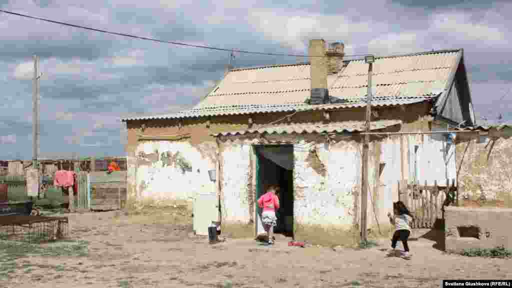 Ауылдағы 34 үйдің көбі жарым-жартылай қирап тұр.