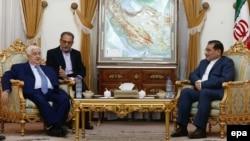 Walid al-Moallem (solda) İran Milli Təhlükəsizlik Şurasının rəhbəri Ali Shamkhani (sağda) ilə görüşdə, 5 avqust, 2015-ci il