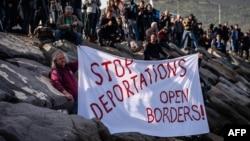 მიგრანტთა უფლებების დამცველი აქტივისტი აპროტესტებს დეპორტაციის პროცესს. ქალაქი დიკილი