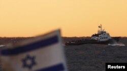 Izraelska zastava leluje na remorkeru u blizini luke Ashdod, 04. novembar 2011.